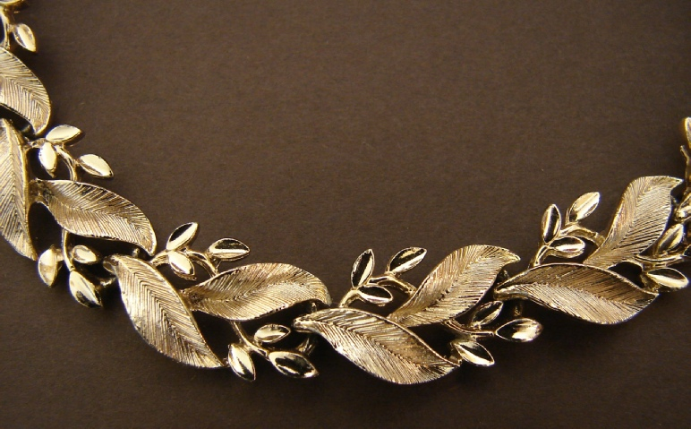 Lisner small and large leaves gold tone necklace