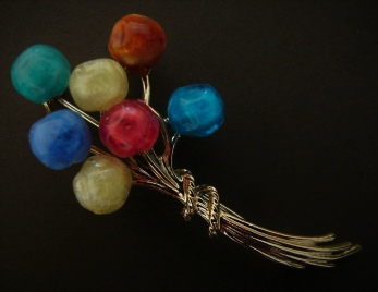 gold tone bunch of balloons brooch pin
